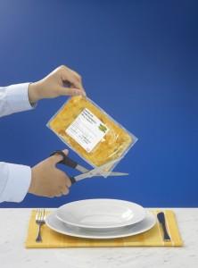 Kochbeutel aufschneiden und Inhalt auf einen Teller geben - fertig!